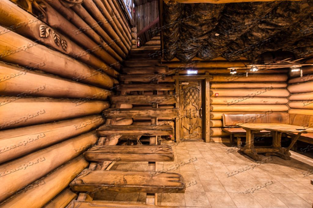 Лестница на второй этаж из бревна