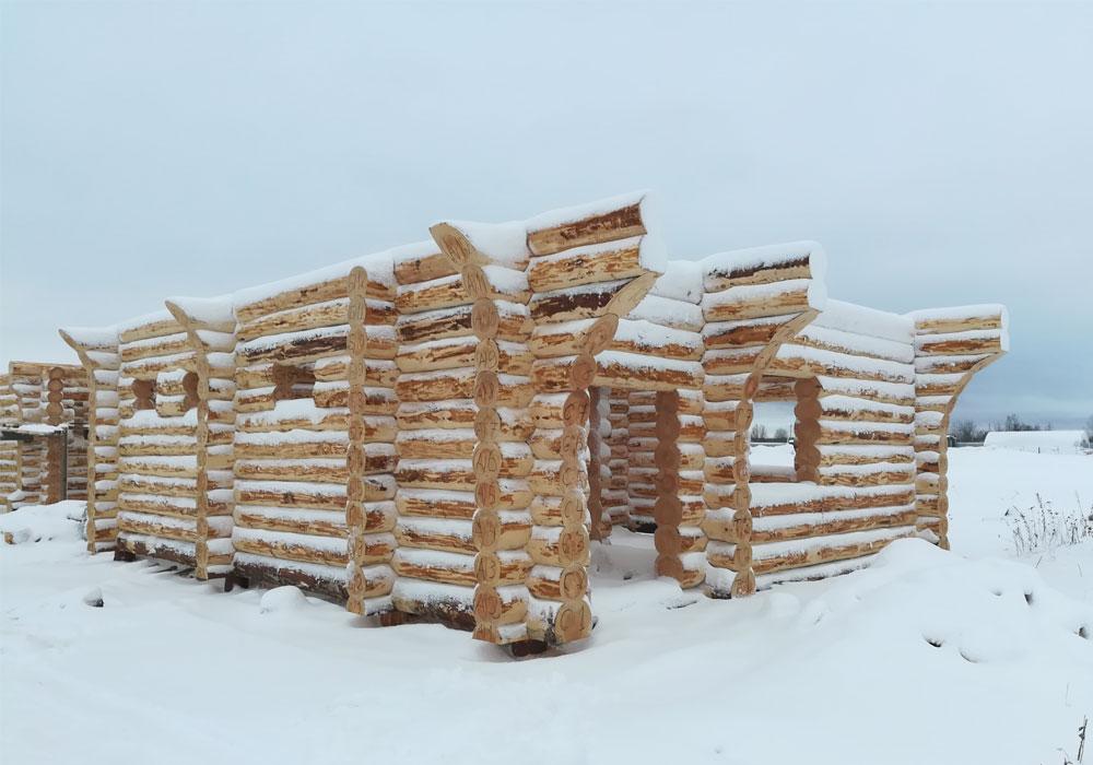 Сруб дома из-зимнего леса на производстве